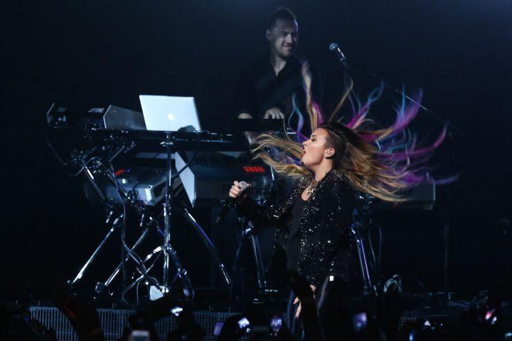 Demi Lovato agrada mães e filhas durante show em SP