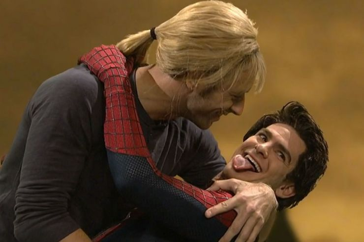 Chris Martin beija Andrew Garfield em programa de tv. Veja o vídeo!