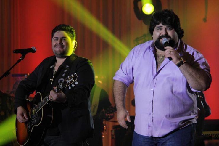Dupla César Menotti & Fabiano se apresenta em festa junina de Brasília