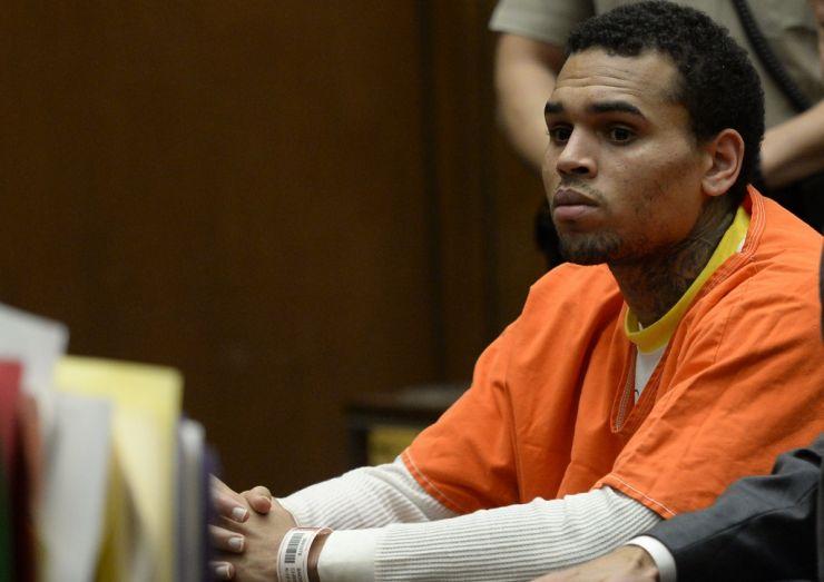 Site afirma que Chris Brown deixou a cadeia
