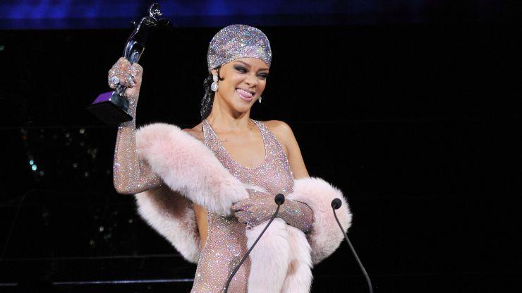 Rihanna aparece com vestido transparente