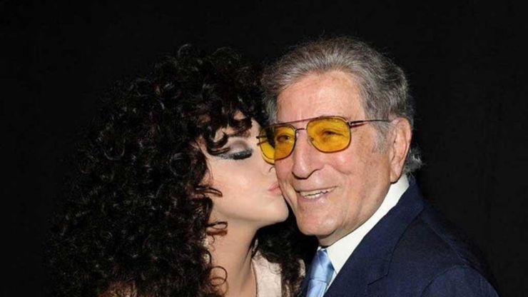 Lady Gaga faz aparição surpresa em escola com Tony Bennett