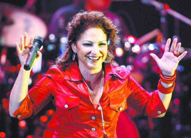 Cantora Gloria Estefan doa 500 mil dólares para restauração de estádio