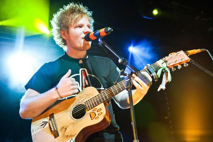 Ed Sheeran lança álbum e alcança topo das paradas inglesas