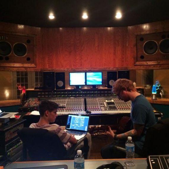 Ed Sheeran aparece em foto no estúdio ao lado de DJ Martin Garrix