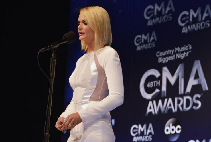 Miranda Lambert e Luke Bryan são destaques na entrega do CMA Awards