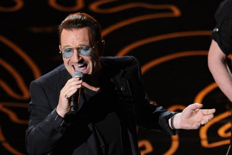 Bono sofre acidente de bicicleta e fratura braço