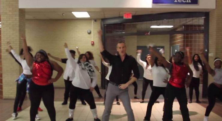 """Professor coloca alunos para dançar ao som de """"Uptown Funk"""""""