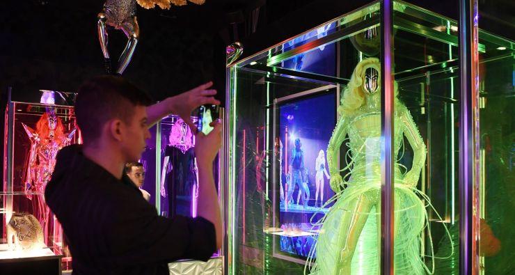 Lady Gaga inaugura exposição com itens da sua carreira