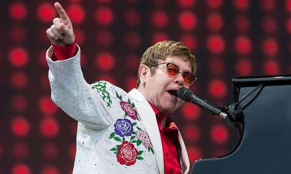 Manuscritos originais com letras de Elton John podem atingir valor de US$ 1 milhão