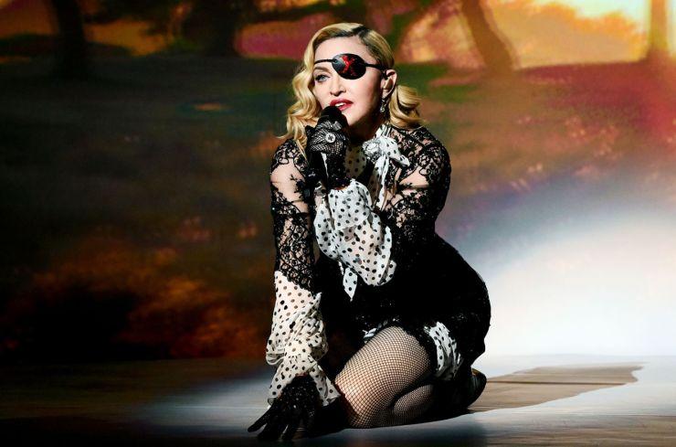 Madonna cancela mais um show após tombo no palco