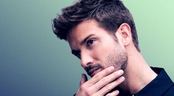 Astro pop latino revela que é homossexual