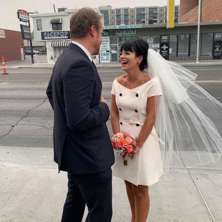 Lily Allen se casa em Las Vegas com ator de Stranger Things