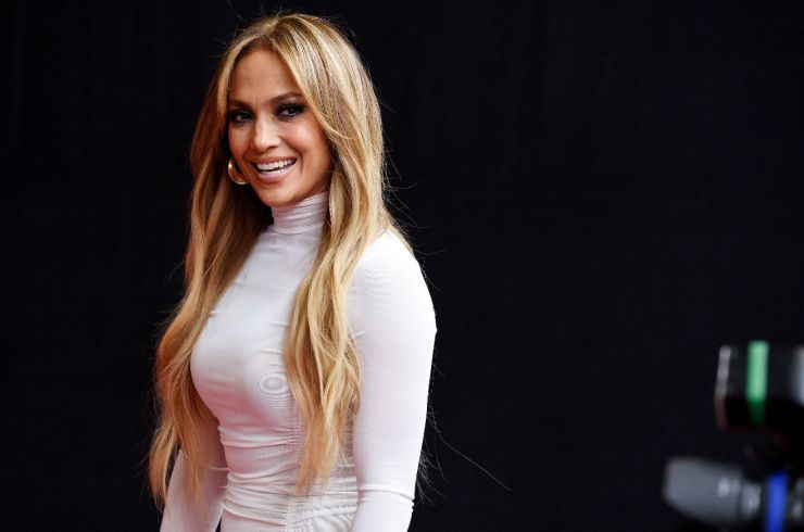 Jennifer Lopez divulga música inédita e teaser de filme