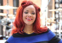 Rihanna divulga fotos de topless e bandeiras do Brasil