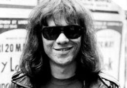 Morre um dos membros originais da banda Ramones