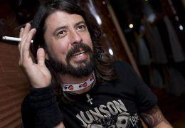 """Vocalista do Foo Fighters faz paródia de """"Carrie, a Estranha"""""""