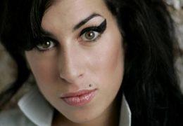 Mãe da cantora Amy Winehouse lança livro