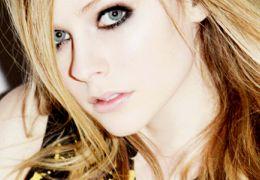 Avril Lavigne estaria doente e pede pela oração dos fãs