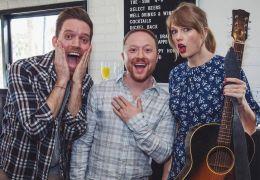 Taylor Swift aparece de surpresa em festa de noivado