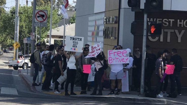 Fãs protestam contra internação de Britney Spears