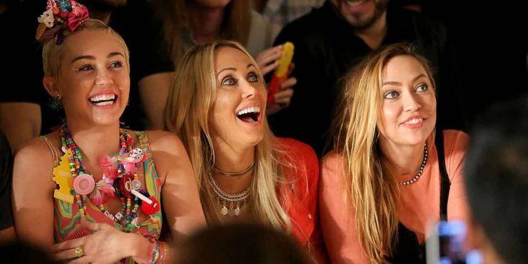 Irmã de Miley Cyrus afirma que avião quase caiu com cantora