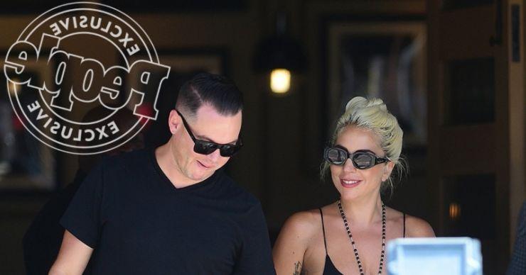 Lady Gaga é flagrada beijando colega de equipe