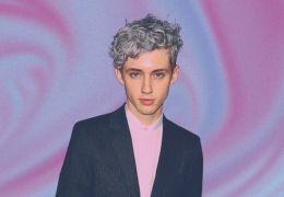 Troye Sivan reclama de comportamento de entrevistador nas redes sociais