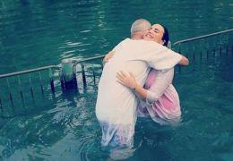Demi Lovato é batizada no mesmo rio de Jesus Cristo