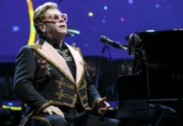 Manuscritos com letras de Elton John podem atingir valor de US$ 1 milhão