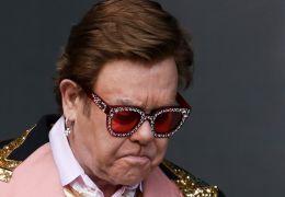Elton John deixa palco aos prantos durante show ao vivo