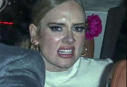 Adele se irrita com paparazzi e mostra o dedo do meio
