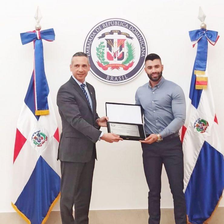 Gusttavo Lima recebe homenagem na embaixada Dominicana