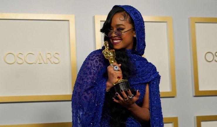 """H.E.R leva Oscar de Melhor Canção Original por """"Fight For You"""""""